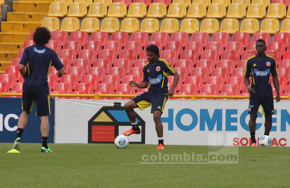 Juan Guillermo Cuadrado toca el balón en el entrenamiento de Colombia. Foto: Interlatin
