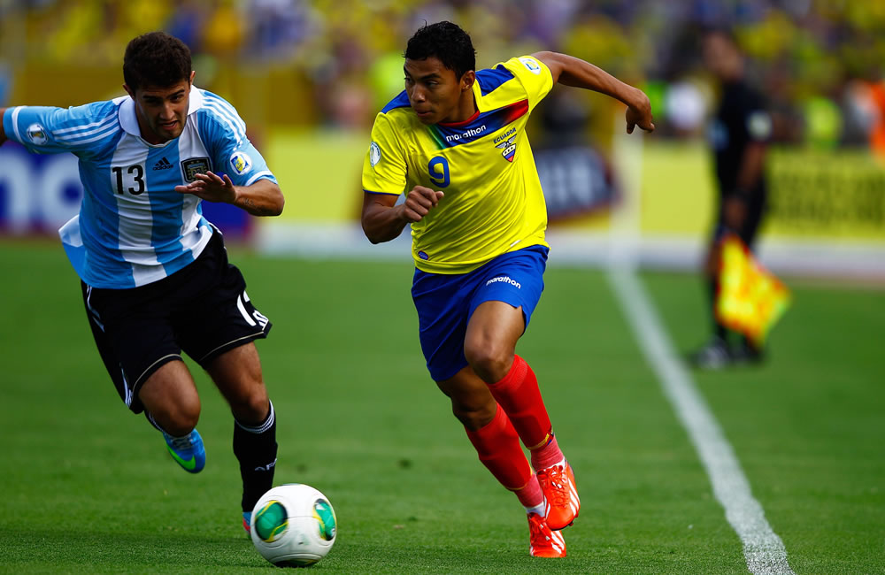 El jugador de Ecuador Jefferson Montero (d) disputa un balón con GinoPeruzzi (i) de Argentina. EFE