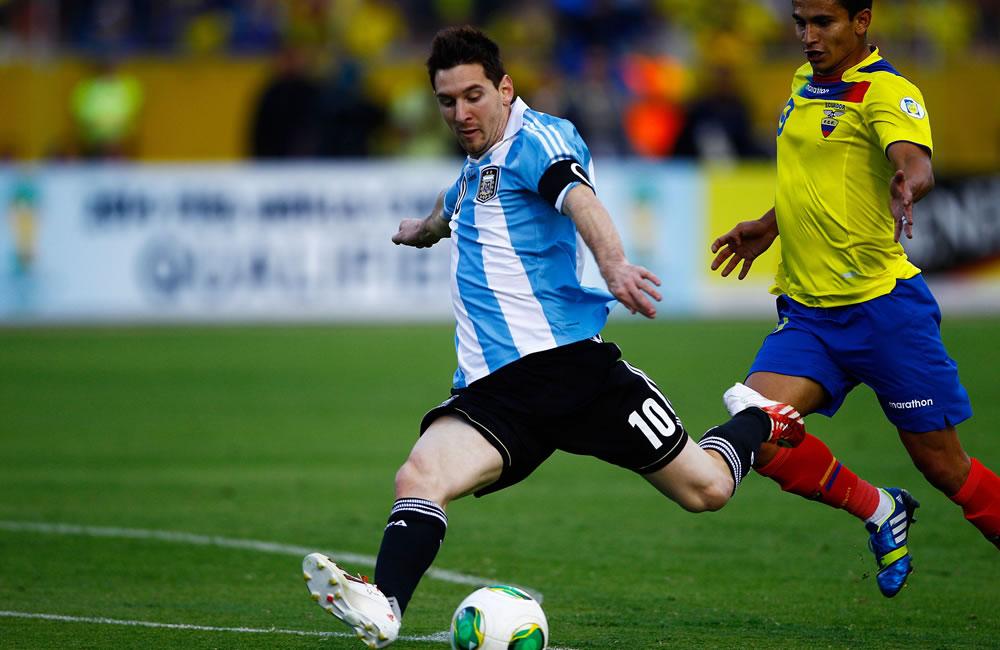 El jugador de Ecuador Fernado Saritama (d) disputa un balón con Lionel Messi (i) de Argentina. EFE
