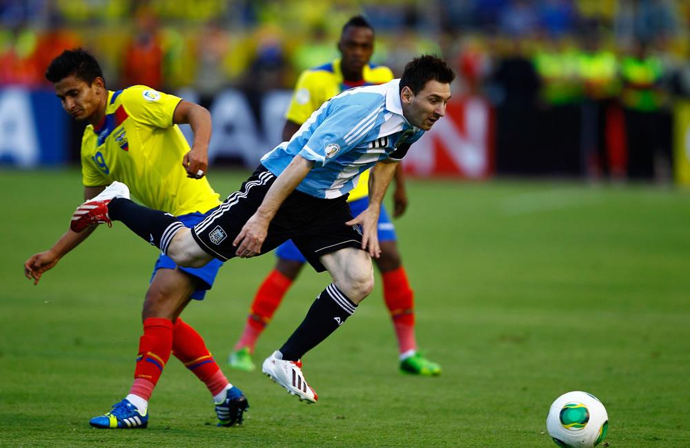 El jugador de Ecuador Fernado Saritama (i) disputa un balón con Lionel Messi (d) de Argentina. EFE
