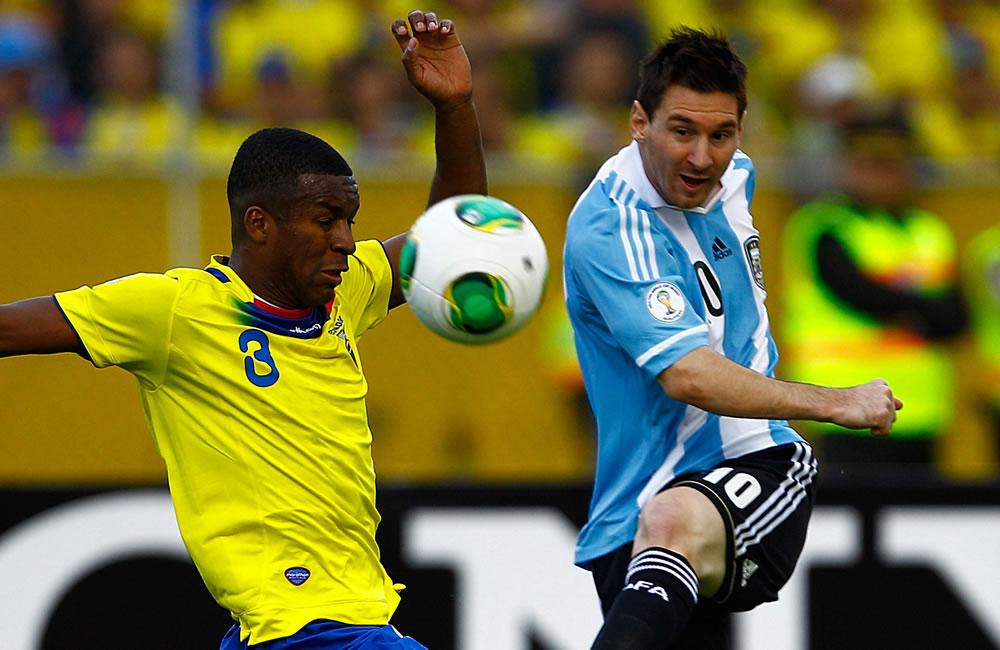 El jugador de Ecuador Fricson Erazo (i) disputa un balón con Lionel Messi (d) de Argentina. EFE