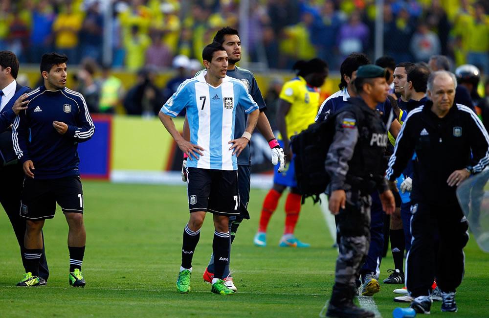 Los jugadores de Argentina Sergio Aguero y Ángel Di María observan incidentes fuera del campo ante Ecuador. EFE