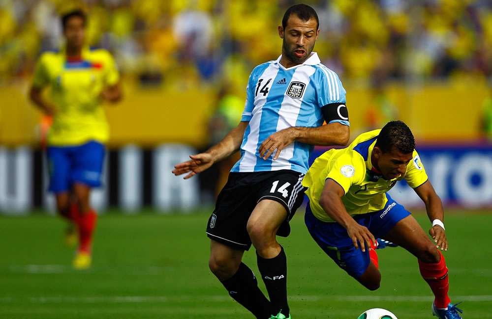 El jugador de Ecuador Joao Rojas (d) disputa un balón con Javier Mascherano (i) de Argentina. EFE