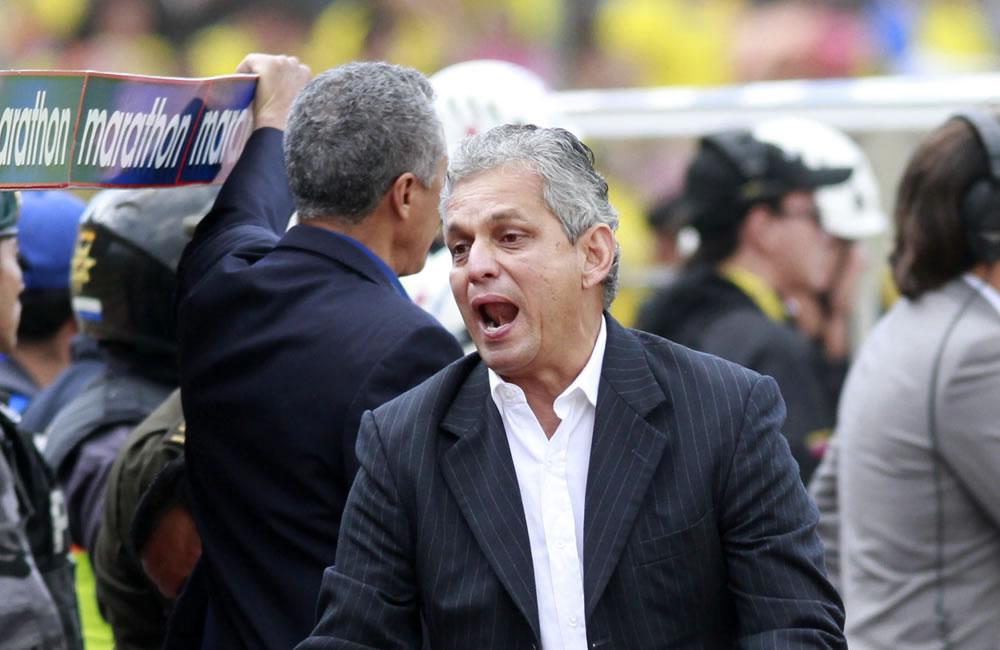 El DT de Ecuador Reinaldo Rueda dirige a su equipo ante Argentina. EFE
