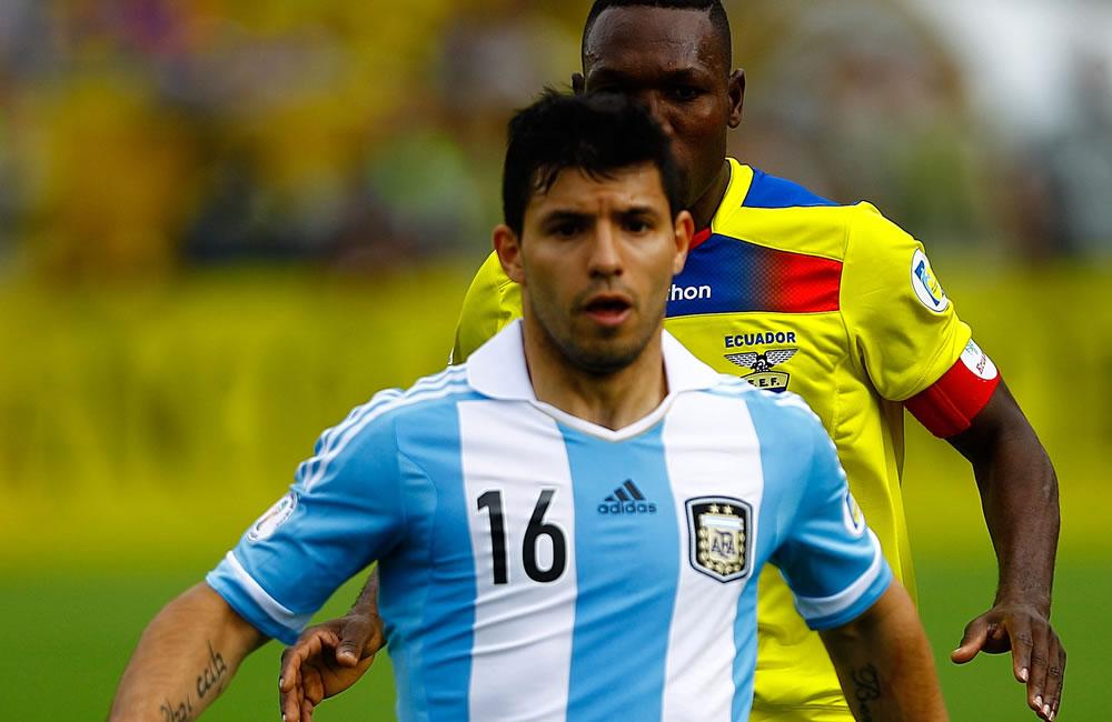 El jugador de Ecuador Walter Ayovi (atrás) disputa un balón con Sergio Aguero (frente) de Argentina. EFE