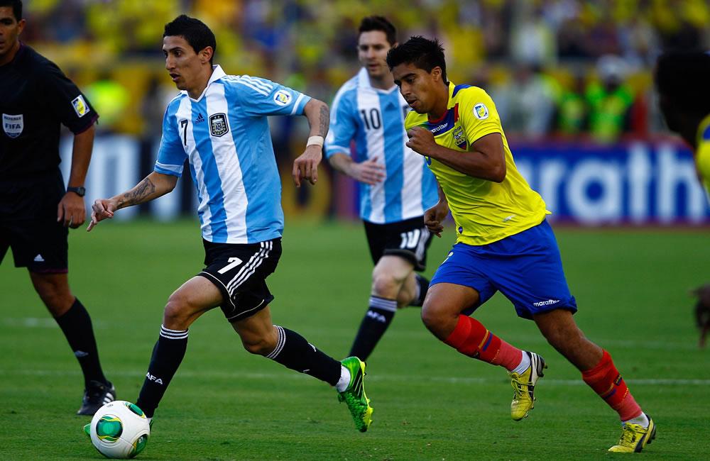 El jugador de Ecuador Christian Noboa (d) disputa un balón con Ángel Di María (i) de Argentina. EFE