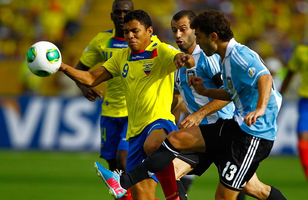 El jugador de Ecuador Jefferson Montero (i) disputa un balón con Gino Peruzzi (d) y Javier Macherano (2-d) de Argentina. EFE