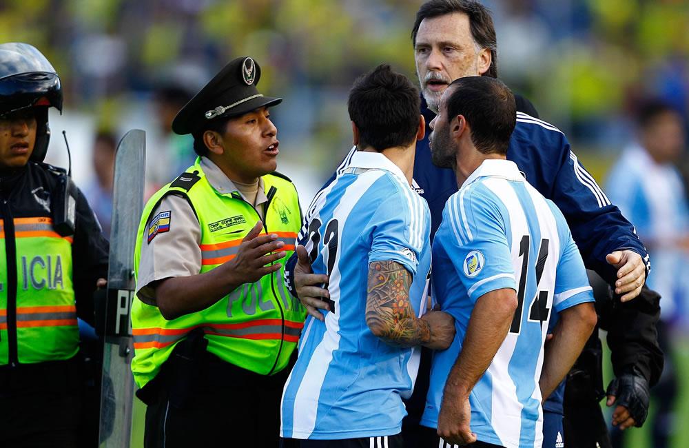 Los jugadores de Argentina Javier Macherano (d) y Ezequiel Lavezzi (3-d) participan en incidentes ante Ecuador. EFE
