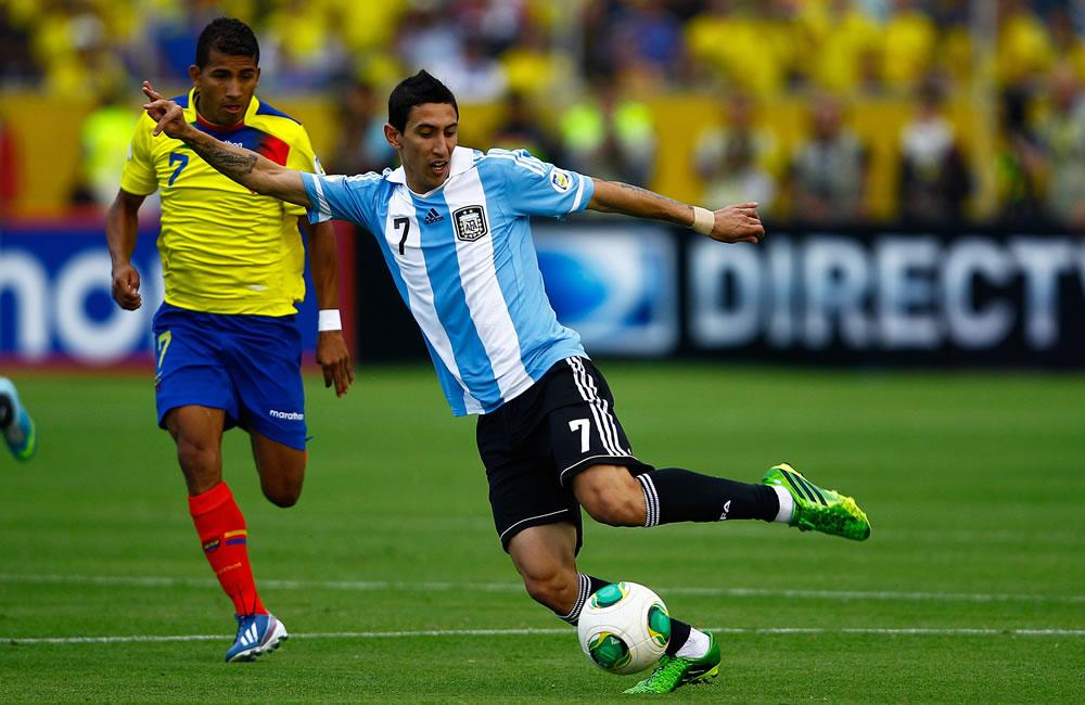 El jugador de Ecuador Joao Rojas (i) disputa un balón con Angel Di María (d) de Argentina. EFE