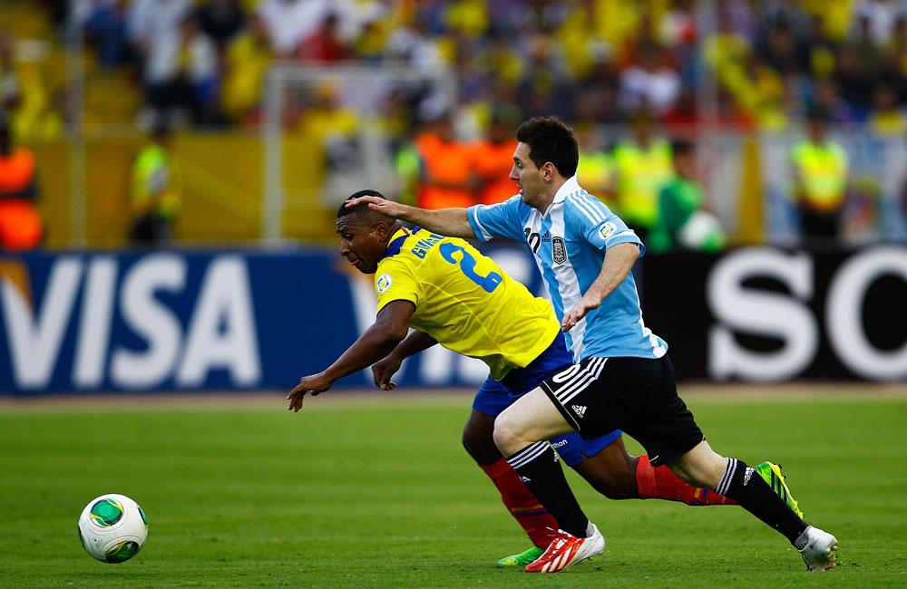 El jugador de Ecuador Jorgue Guagua (i) disputa un balón con Lionel Messi (d) de Argentina. EFE