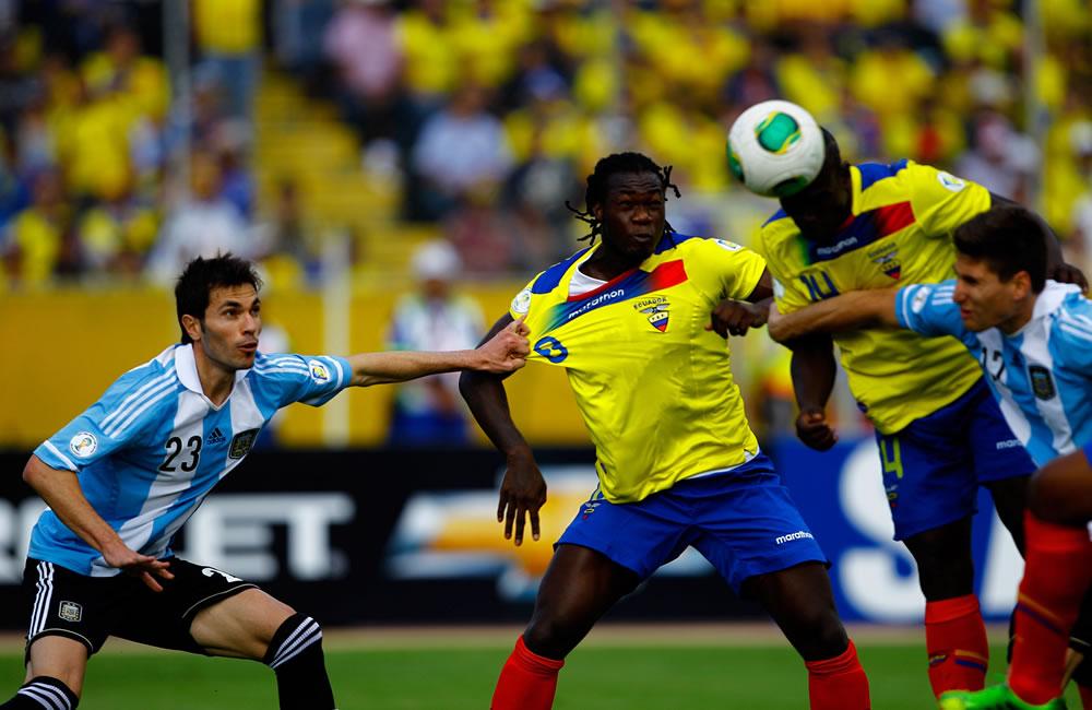 Los jugadores de Ecuador Felipe Caicedo (2-i) y Segundo Castillo (2-d) disputa un balón con Erik Lamela (i) y Federico Fernández. EFE