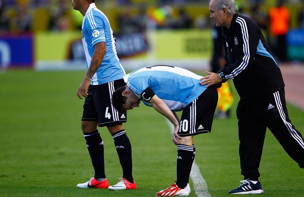 El jugador de Argentina Lionel Messi se prepara para ingresar al campo de juego ante Ecuador junto al DT Alejandro Sabella. EFE