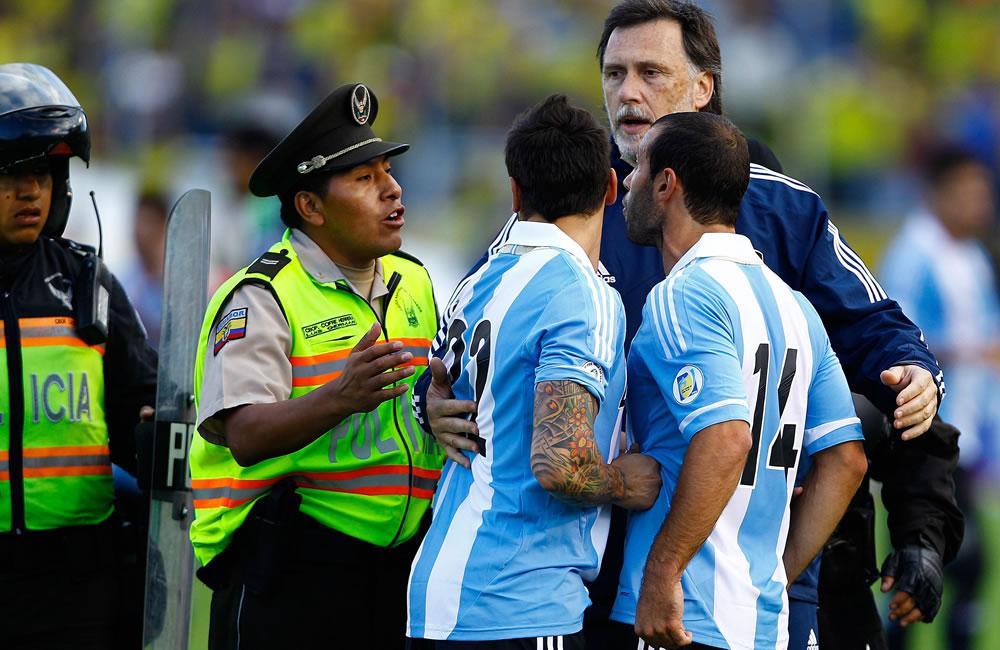 El jugador de Argentina Lionel Messi (c) sale al finalizar el juego ante Ecuador. EFE