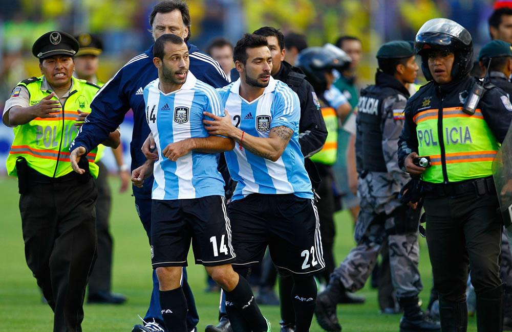 Los jugadores de Argentina Javier Macherano (c-i) y Ezequiel Lavezzi (c-d) observan incidentes fuera del campo ante Ecuador. EFE