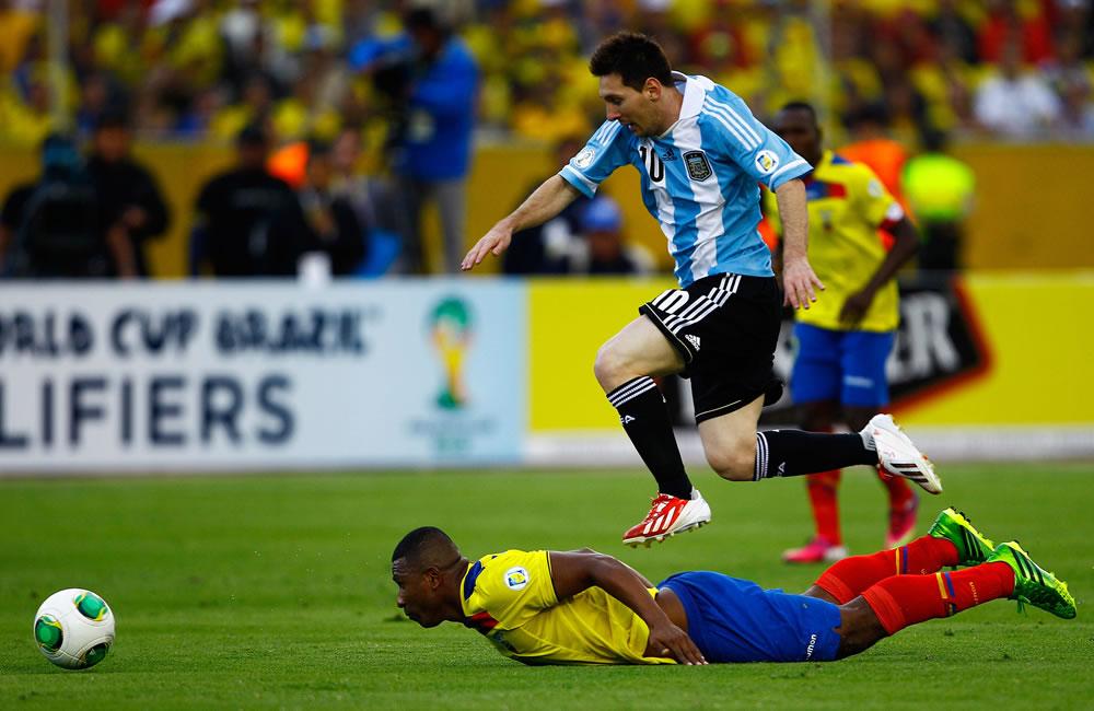 El jugador de Ecuador Jorgue Guagua (abajo) disputa un balón con Lionel Messi (arriba) de Argentina. EFE