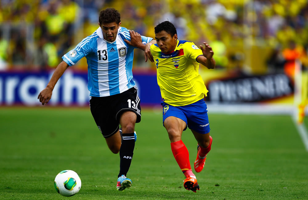El jugador de Ecuador Jefferson Montero (d) disputa un balón con Gino Peruzzi (i) de Argentina. EFE
