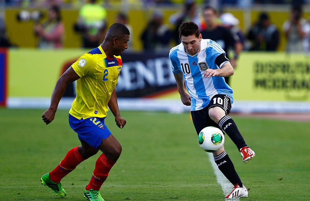 El jugador de Ecuador Jorge Guagua(i) disputa un balón con Lionel Messi (d) de Argentina. EFE