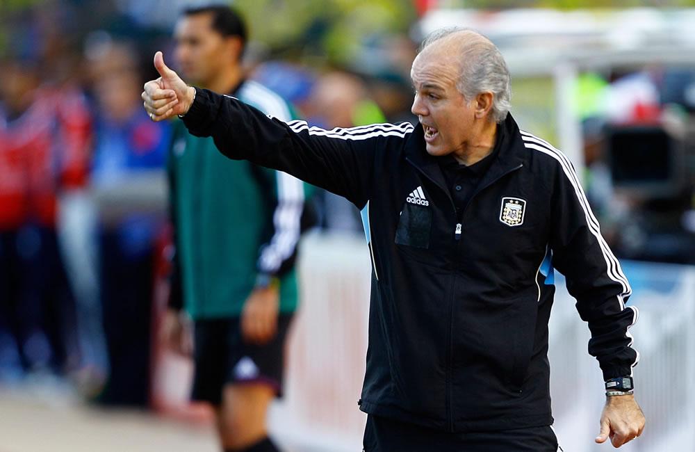 El entrenador de la selección Argentina Alejandro Sabella dirige a su equipo ante Ecuador. EFE