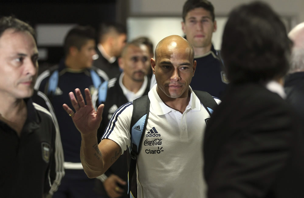 El defensa de la selección argentina de fútbol Clemente Rodríguez, a su llegada al aeropuerto La Aurora de la capital guatemalteca. EFE