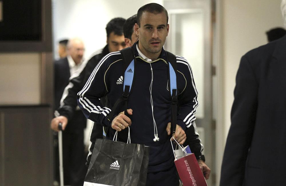 El jugador de la selección argentina de fútbol Rodrigo Palacio, a su llegada al aeropuerto La Aurora de la capital guatemalteca. EFE