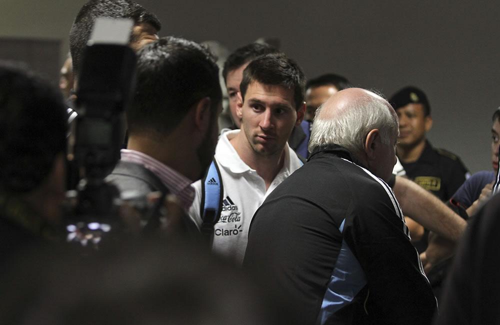 El delantero de la selección argentina de fútbol y del FC Barcelona Lionel Messi, a su llegada al aeropuerto La Aurora. EFE