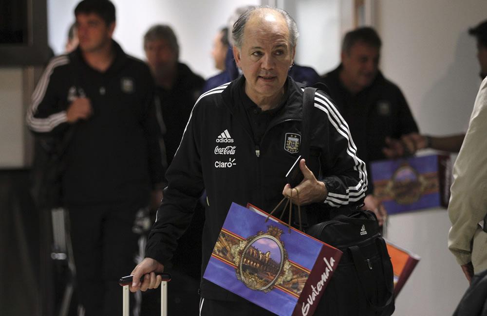 El DT de la selección argentina de fútbol, Alejandro Sabella, a su llegada al aeropuerto La Aurora de la capital guatemalteca. EFE