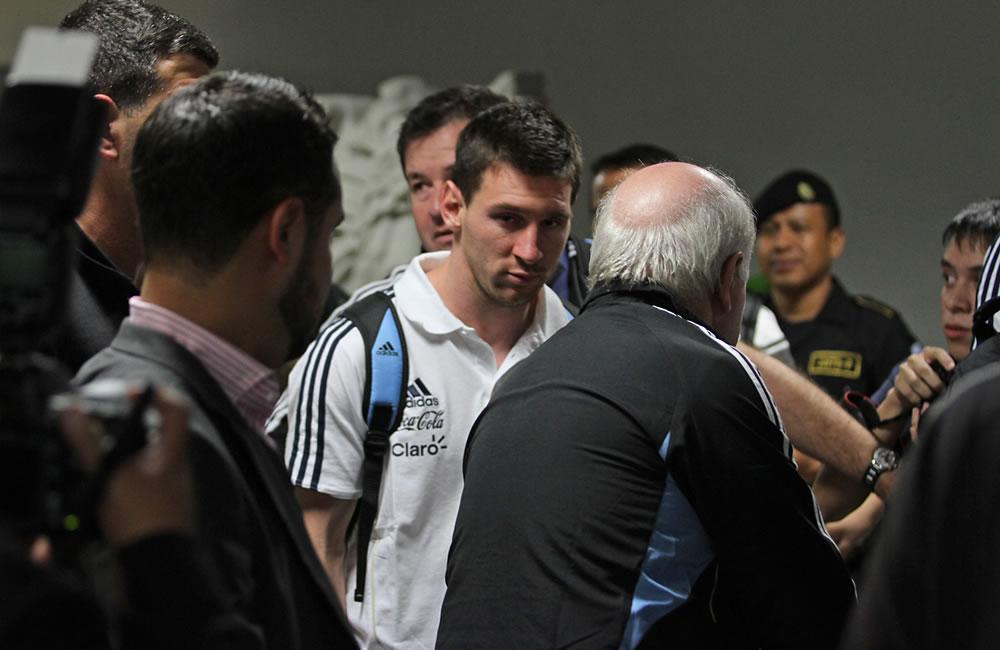 Lionel Messi (c) llega junto con la selección argentina. EFE