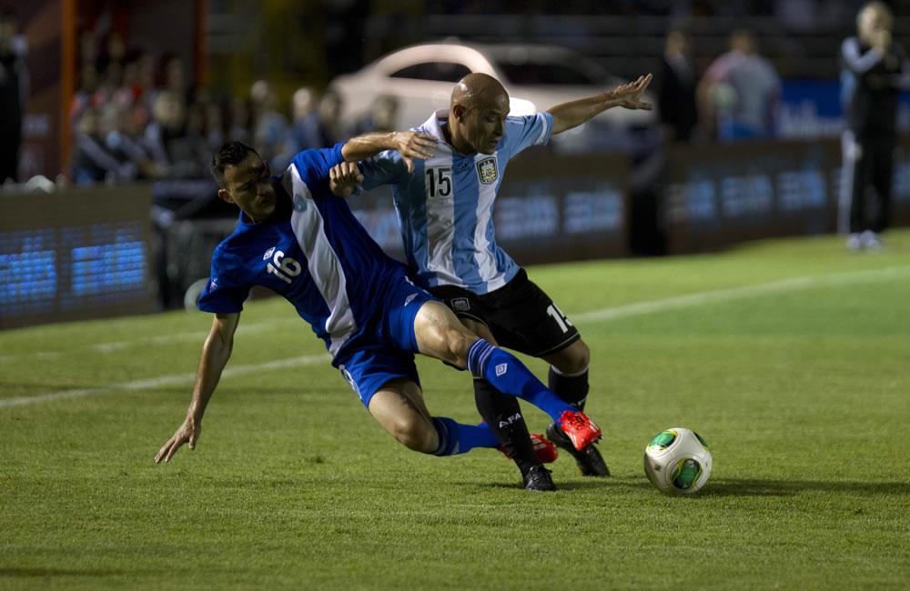 El jugador Marco Pappa de la selección de Guatemala (i) disputa el balón con Clemente Rodríguez (d), de Argentina. Foto: EFE