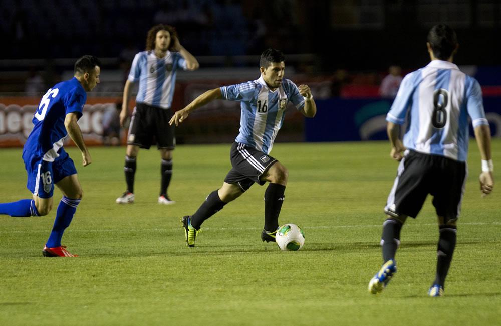 El futbolista Sergio Aguero (C) de la selección Argentina evita la marca de un jugador de Guatemala. Foto: EFE