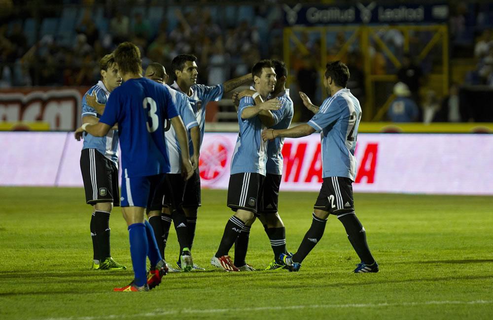 El futbolista Lionel Messi (c) de la selección Argentina celebra con sus compañeros. Foto: EFE