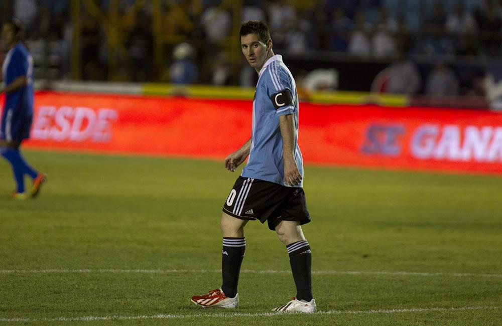 El futbolista Lionel Messi de la selección Argentina camina por la cancha ante Guatemala. Foto: EFE