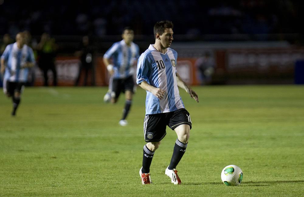 El futbolista Lionel Messi (d) de la selección Argentina disputa el balón con un jugador de Guatemala. Foto: EFE