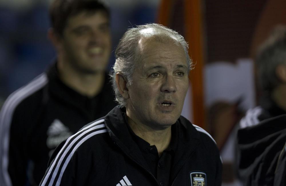 El técnico de la selección argentina de fútbol, Alejandro Sabella (c), observa el juego ante Guatemala. Foto: EFE