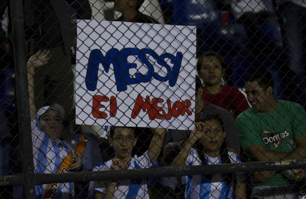 Hinchas de la selección de Argentina animan a su equipo y al jugador Messi en el juego ante Guatemala. Foto: EFE