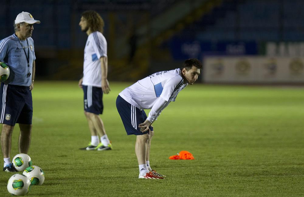 El jugador de la selección argentina de fútbol Lionel Messi participa en el entrenamiento. EFE