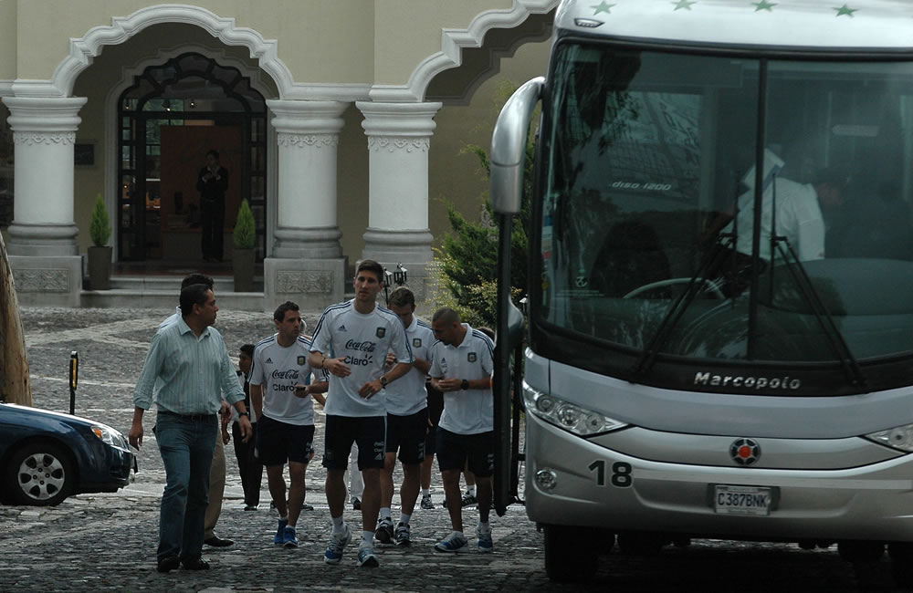 Varios jugadores de la selección argentina de fútbol salen del hotel hacia un centro comercial. EFE