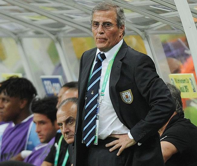 El entrenador de Uruguay Oscar Tabarez observa el partido. Foto: EFE