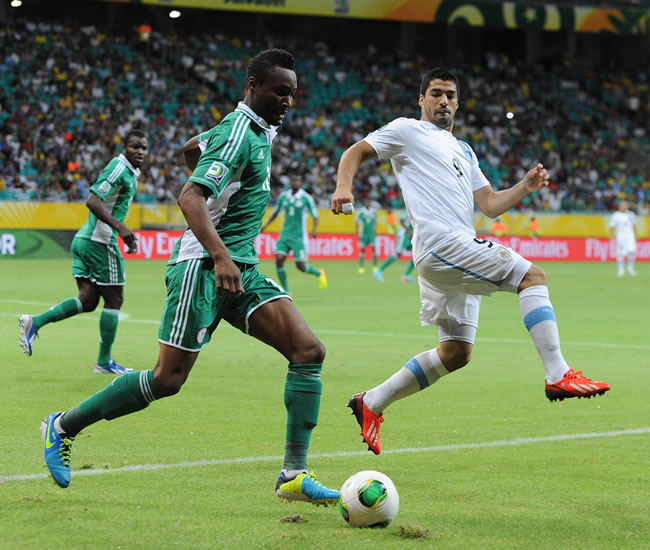 El jugador de Uruguay Luis Suarez (d) disputa un balón con John Obi Mikel (i) de Nigeria. Foto: EFE