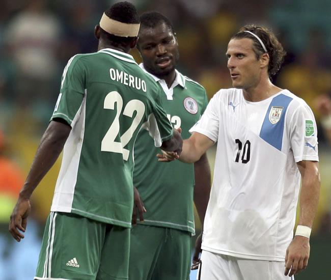 El delantero de la selección de Uruguay, Diego Forlán (d), saluda a los jugadores nigerianos. Foto: EFE