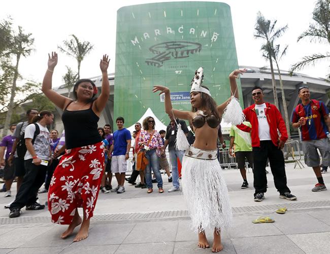 Dos seguidoras del equipo de fútbol de Tahití realizan un baile tradicional hoy en las inmediaciones del estadio de Maracaná. Foto: EFE
