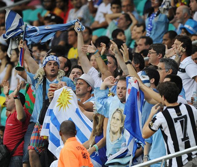 Hinchas de Uruguay animan al equipo ante Nigeria. Foto: EFE