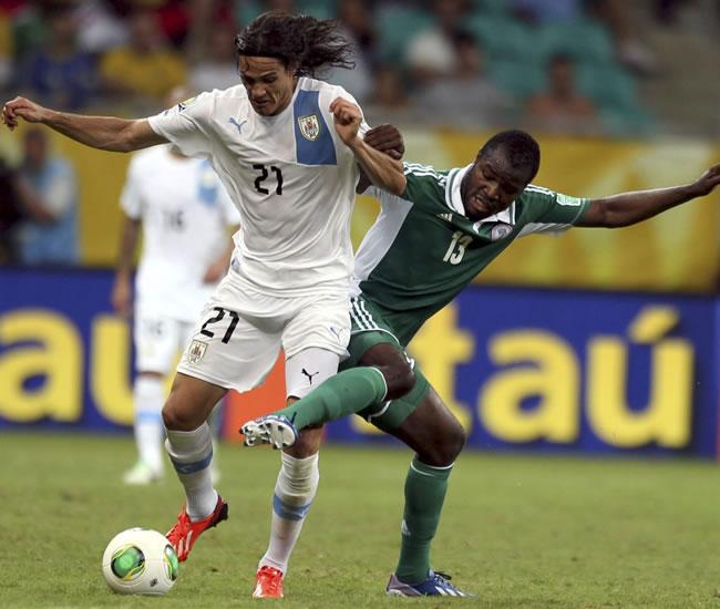 El delantero de la selección de Uruguay, Edinson Cavani (i), lucha el balón con Fegor Egude, de Nigeria. Foto: EFE