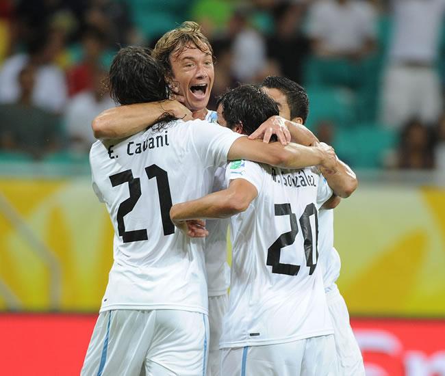 El jugador de Uruguay Diego Lugano (c) es felicitado por sus compañeros después de anotar ante Nigeria. Foto: EFE
