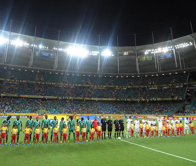 Los jugadores de Nigeria y Uruguay forman antes del juego por la Copa Confederaciones. Foto: EFE