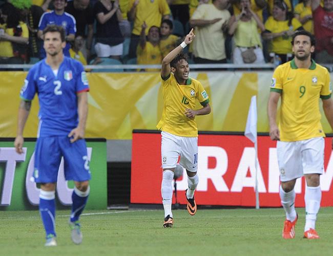 El delantero de la selección brasileña, Neymar (c), celebra el gol conseguido ante Italia durante el último partido del grupo A de la Copa Confederaciones. Foto: EFE