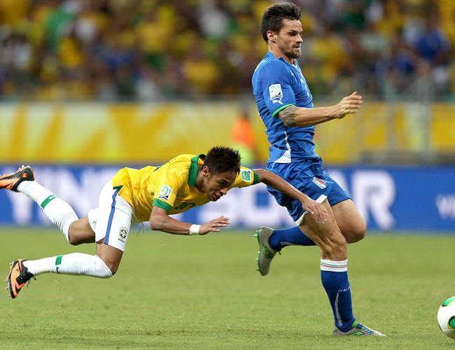 El delantero de Brasil Neymar (i) junto al defensa de Italia Christian Maggio (d), durante el partido, correspondiente al grupo A de la Copa Confederaciones. Foto: EFE