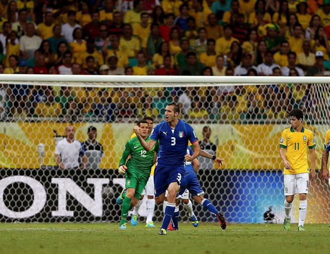 El defensa de Italia, Giorgio Chiellini (c), celebra su gol, tercero de su equipo frente a Brasil, durante el partido, correspondiente al grupo A de la Copa Confederaciones. Foto: EFE