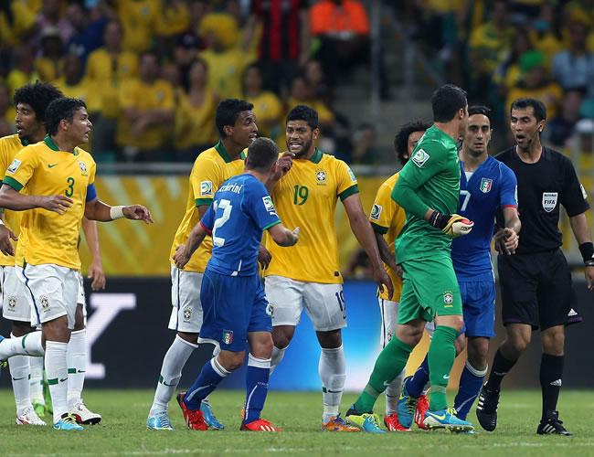 Los jugadores de Brasil se encaran con los italianos durante el partido, correspondiente al grupo A de la Copa Confederaciones. Foto: EFE