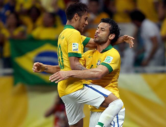 El delantero de Brasil Fred (d) recibe el abrazo de su compañero Neymar (i) tras marcar un gol, el tercero de su equipo ante Italia. Foto: EFE
