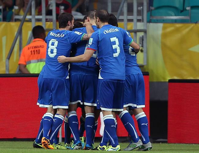 Los jugadores de Italia celebran el primer gol del equipo, conseguido por Giaccherini, durante el partido, correspondiente al grupo A de la Copa Confederaciones. Foto: EFE